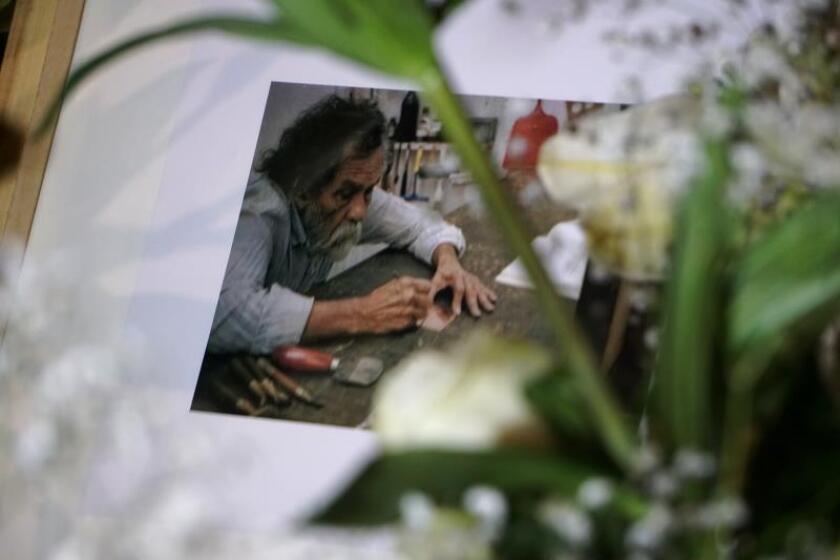 Recuerdan al pintor mexicano Toledo con veladoras y canciones en natal Oaxaca
