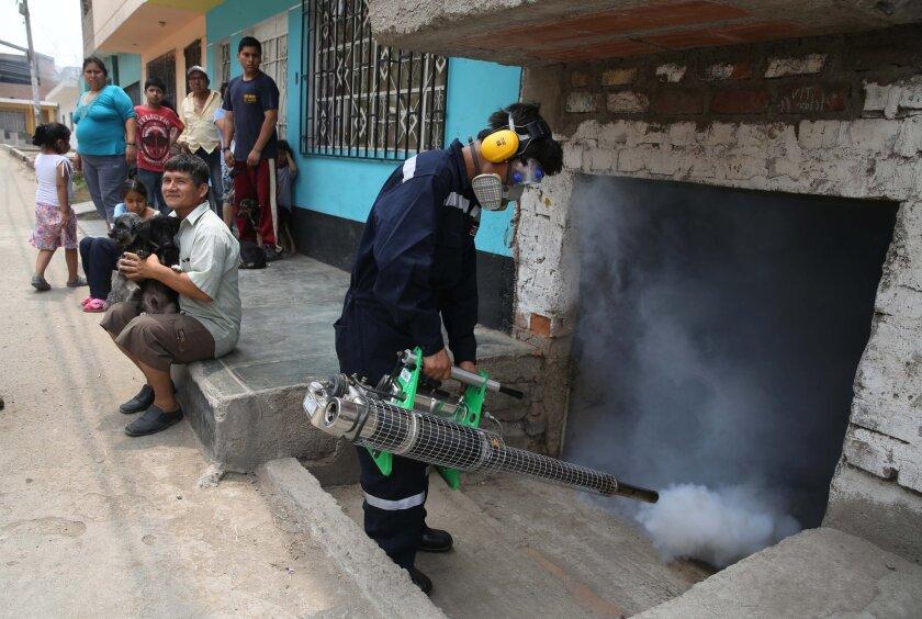 Un trabajador fumiga una casa en Lima, Perú, como parte de las tareas emprtendidas por el gobierno peruano contra el mosquito Aedes aegypti, vector de los virus del dengue, el chikungunya y el zika, el viernes 29 de enero de 2016. El virus del zika causa malestares leves en la mayoría de las personas, pero hay evidencia creciente de su vinculación con un defecto de nacimiento, especialmente en Brasil. (Foto AP/Martín Mejía)