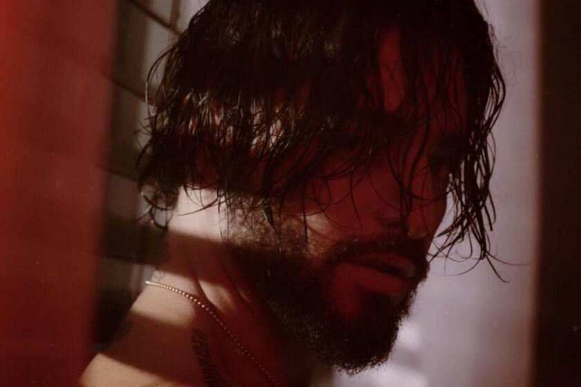 """El cantante Maluma en una escena del video correspondiente a su nuevo sencillo """"El préstamo"""", que lo muestra asaltando un banco."""