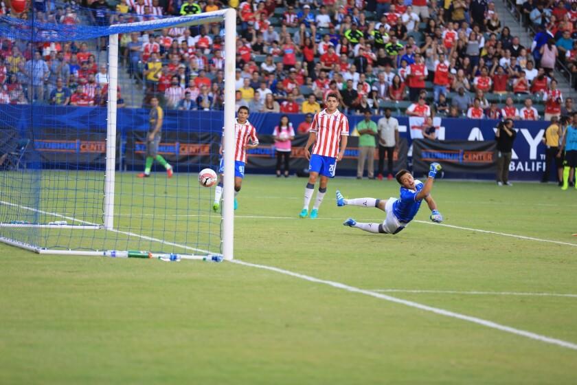Chivas no tuvo mucha respuesta ante el Arsenal el domingo en el StubHub Center.
