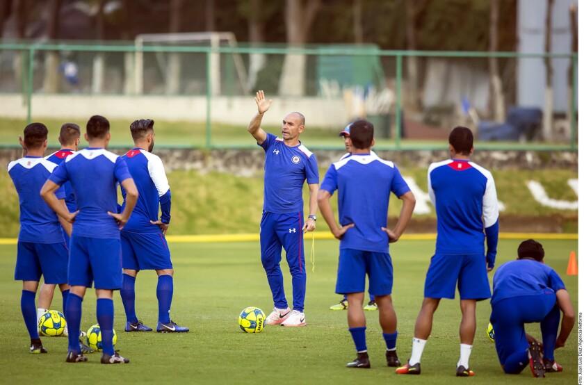 El entrenador español del Cruz Azul, Paco Jémez (c), da instrucciones a sus jugadores.