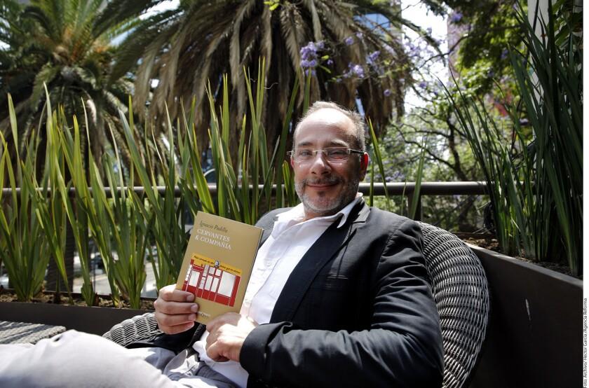 """El escritor Ignacio Padilla tenía 47 años de edad y fue descrito en su ingreso a la Academia Mexicana de la Lengua como """"rabiosamente joven"""", por Vicente Leñero."""
