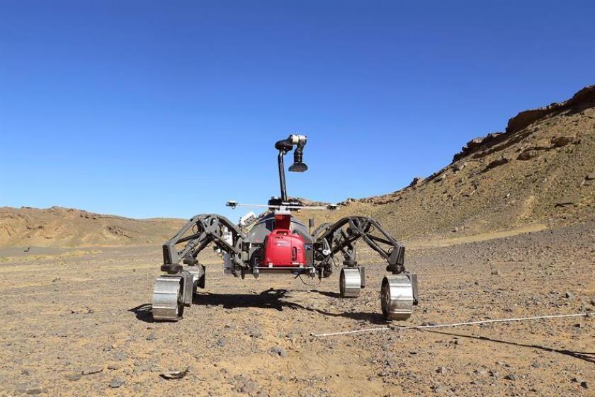 En la imagen, el robot (2 metros de largo por 2 de ancho para sus 200 kilos) se paseó por las mesetas de Gari Medwar, en la región de Erfud, y fue capaz de tomar de forma autónoma imágenes de objetos (piedras, pequeñas plantas y cualquier otro tipo de accidente) en su recorrido de 360 metros. EFE