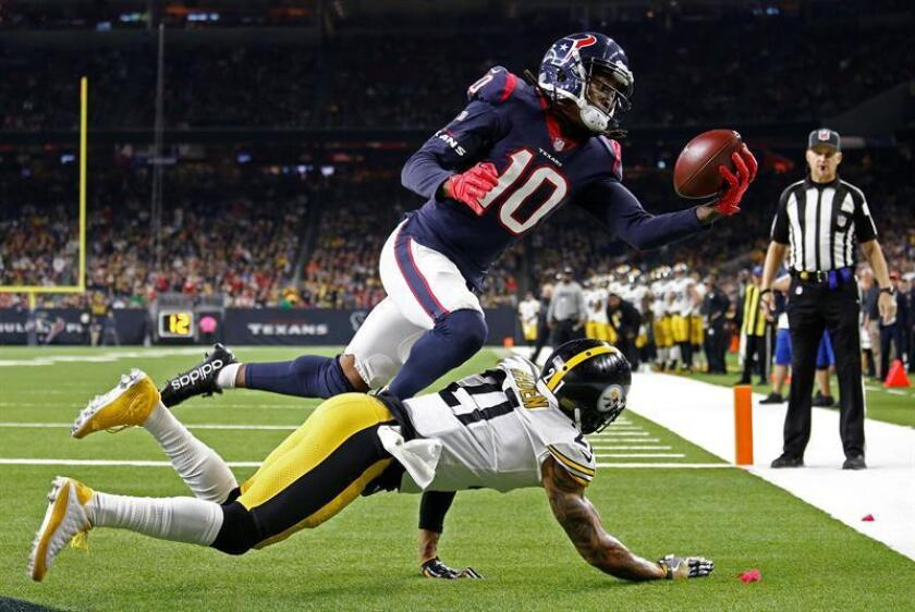 Houston Texans player DeAndre Hopkins (R) catches the ball for a touchdown against Pittsburgh Steelers player Joe Haden (L) in the second half of their game at NRG Stadium in Houston, Texas. EFE
