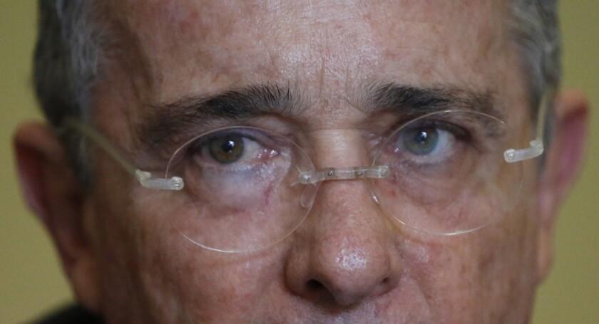 ARCHIVO - En esta foto de archivo del 1 de octubre de 2015, el ex presidente Alvaro Uribe de Colombia escucha una pregunta durante una entrevista en Bogotá, Colombia. Las autoridades colombianos capturaron el lunes 29 de febrero de 2016 a Santiago Uribe, el hermano menor del ex presidente, como presunto responsable del auspicio en los años 90 de grupos paramilitares en el noroeste del país. (AP Photo / Fernando Vergara, Archivo)ARCHIVO - En esta foto de archivo del 1 de octubre de 2015, el ex presidente Alvaro Uribe de Colombia escucha una pregunta durante una entrevista en Bogotá, Colombia. Las autoridades colombianos capturaron el lunes 29 de febrero de 2016 a Santiago Uribe, el hermano menor del ex presidente, como presunto responsable del auspicio en los años 90 de grupos paramilitares en el noroeste del país. (AP Photo / Fernando Vergara, Archivo)