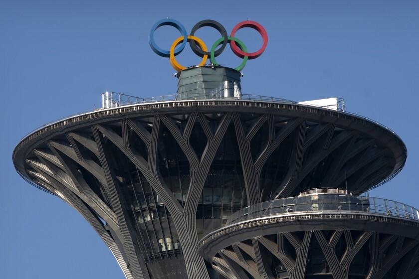 ARCHIVO - En esta foto del 2 de febrero de 2021, los anillos olímpicos desplegados en la Torre Olímpica de Beijing. (AP Foto/Mark Schiefelbein, archivo)