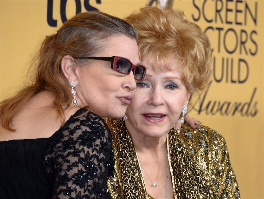 """""""Quiero estar con Carrie"""". Con esas palabras en memoria de Carrie Fisher, fallecida el martes, se despidió del mundo sólo un día después Debbie Reynolds, quien puso así un trágico final a una relación madre-hija que, marcada por los vaivenes de Hollywood, pasó por alegrías y penas de todo tipo. EFE/ARCHIVO"""