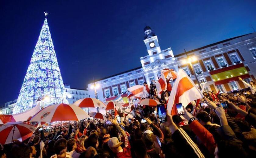 River y Boca colorean un abarrotado Madrid navideño