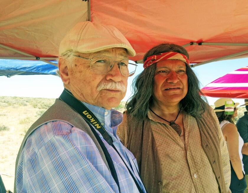El escritor Guillermo Munro (i) junto al actor Joaquin Cosío