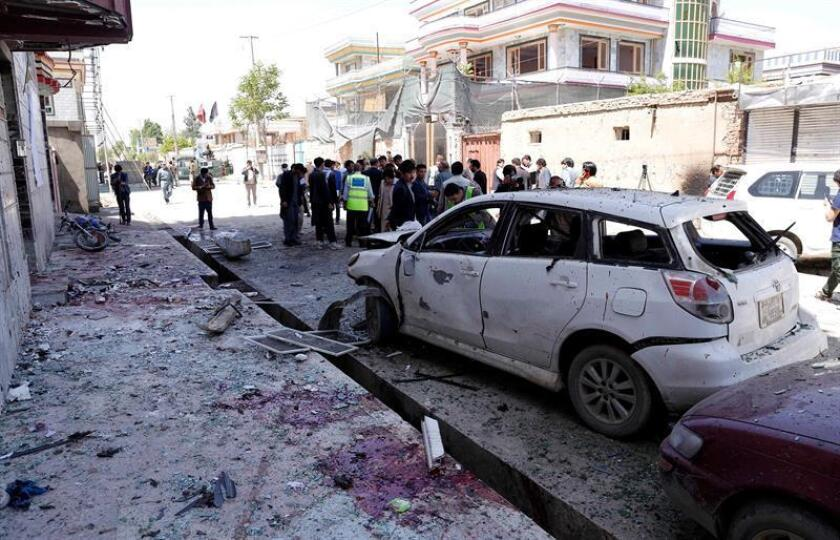 Afghan security officials inspect the scene of a suicide bomb attack that targeted a voter registration center in Kabul, Afghanistan, 22 April 2018. (Afganistán, Atentado) EFE/EPA