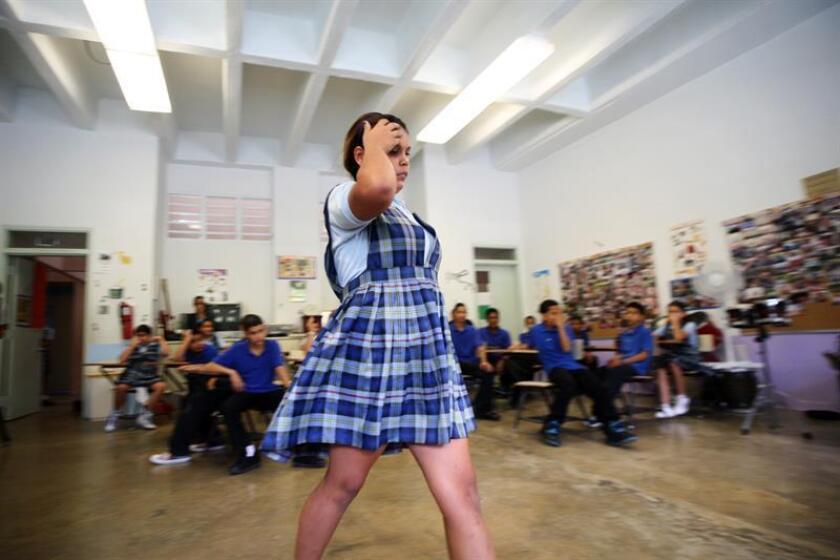 Una alumna camina delante de otros alumnos, durante una clase en la Escuela Elemental Juan José Osuna, en el municipio de Trujillo Alto, Puerto Rico. EFE/ARCHIVO