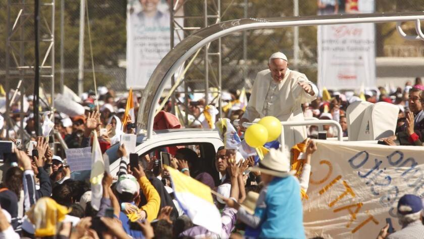 En la formación de vallas humanas a lo largo de los trayectos que recorrió Francisco durante su visita participaron 9,4 millones de voluntarios, mientras que a las misas y encuentros asistieron 1,15 millones de fieles, la mayoría con boletos.
