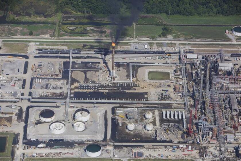 Vista aérea de la planta química de Williams Olefins mientras continúa el fuego hoy, jueves 13 de junio de 2013, en Ascension Parish, Luisiana (EEUU). Una corte de apelaciones ordenó hoy al Gobierno que haga cumplir una norma sobre seguridad en plantas químicas, creada en 2013 y que la actual Administración de Donald Trump busca dilatar su aplicación. EFE/ARCHIVO
