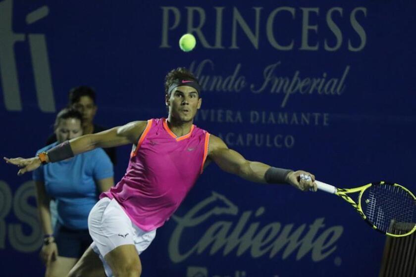 El tenista español Rafael Nadal devuelve una bola a Nick Kyrgios de Australia, durante un partido de octavos de final del Abierto de tenis de México disputado este miércoles en Acapulco (México). EFE