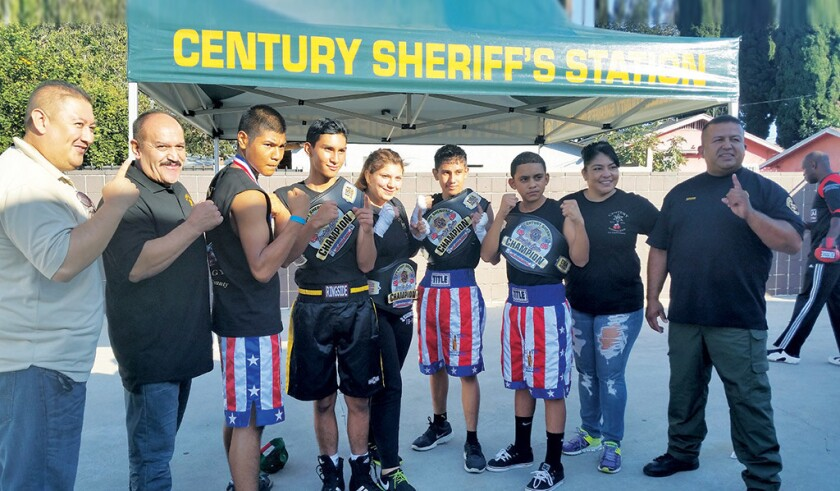 Boxeadores de YAL en Century Sheriff's Station posan para una foto durante una competencia.