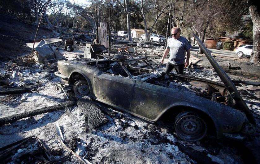 Una semana después de que se declarasen los dos gigantescos fuegos que siguen activos en el norte y sur de California, todavía hay 301 personas desaparecidas y se han hallado 59 cadáveres, mientras los bomberos han logrado ganar algo de terreno a las llamas en las últimas horas. EFE/Archivo