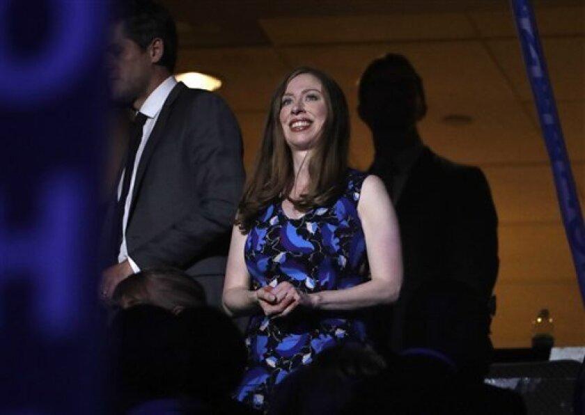 Chelsea Clinton, hija del expresidente de Estados Unidos Bill Clinton y de la candidata a la Casa Blanca Hillary Clinton, aplaude durante un momento de la segunda jornada de la Convención Demócrata, en Filadelfia, el 26 de julio de 2016. (AP Foto/Matt Rourke)