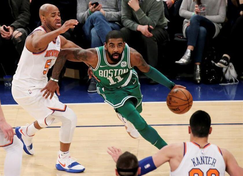 Kyrie Irving (c) de Boston Celtics durante un partido de la presente temporada de la NBA. EFE/Archivo