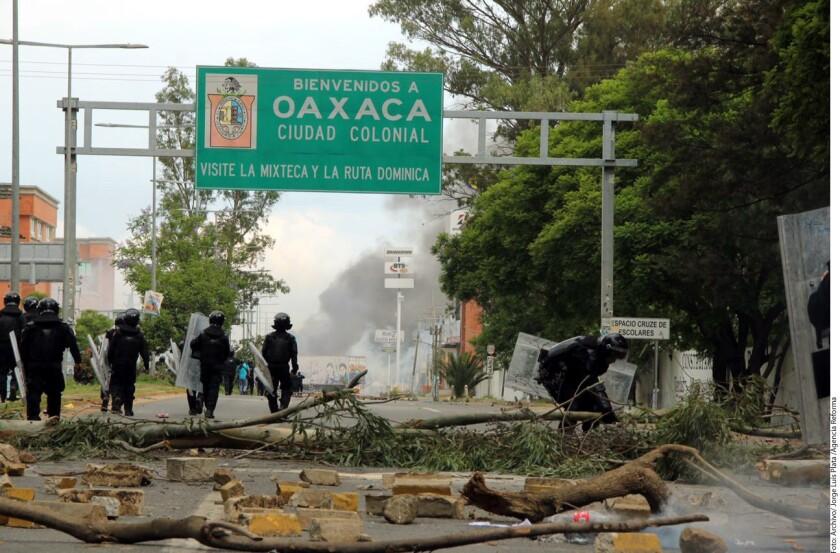 A un mes del inicio de la Guelaguetza 2016, los movimientos magisteriales ponen en riesgo las fiestas, señaló Onésimo Bravo, presidente de la Canirac estatal.