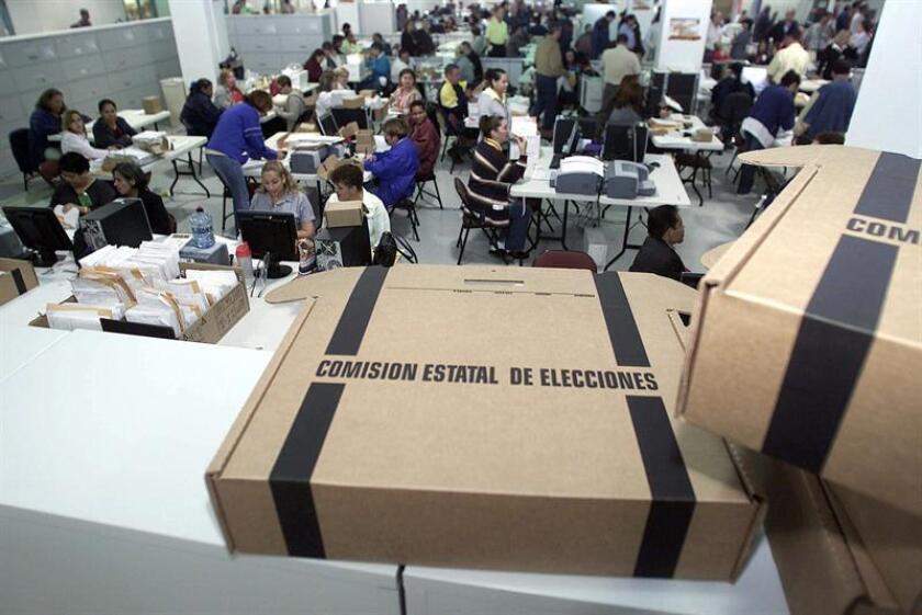 El nuevo presidente de la Comisión Estatal de Elecciones (CEE) de Puerto Rico, Juan E. Dávila Rivera, juró hoy su cargo, en una ceremonia a la que asistió el gobernador de la isla, Ricardo Rosselló. EFE/ARCHIVO