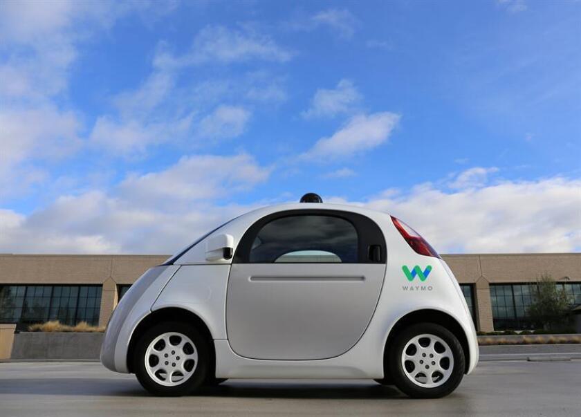 Fotografía sin fecha cedida por Waymo donde aparece su vehículo autónomo Firefly 1 durante una de sus pruebas en la ciudad. EFE/Waymo
