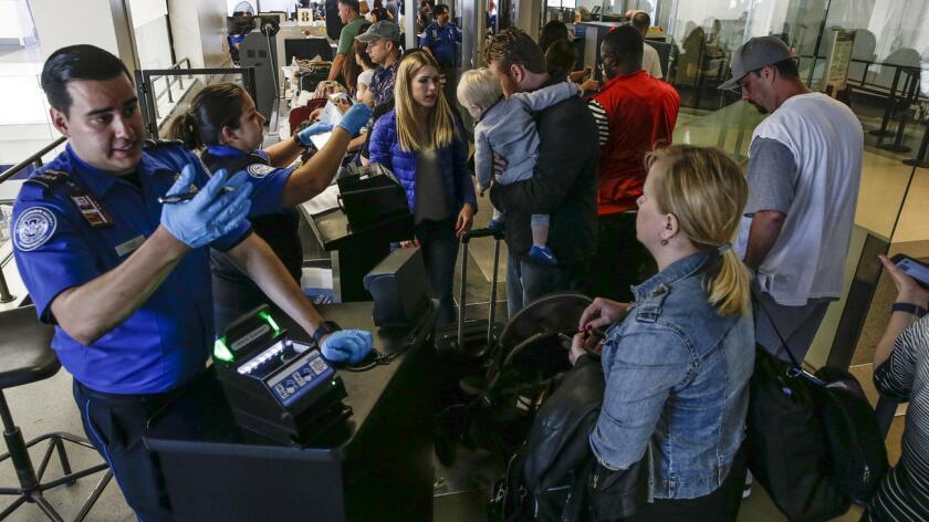 Controles de seguridad: Los viajeros deben quitarse los zapatos, correas y abrigos antes de atravesar los controles de seguridad.