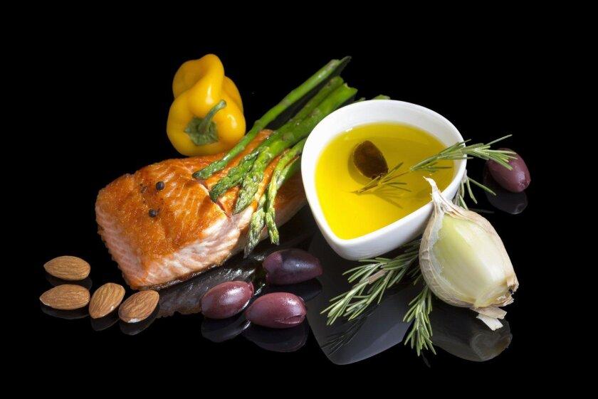 Según los expertos, comer una dieta mediterránea sin restringir las calorías, rica en grasas como el aceite de oliva, no conduce a un aumento significativo de peso.