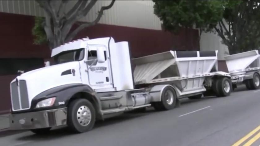 ¿Distraído en el teléfono? Hermanitas atrapadas bajo camión en LA, una muere