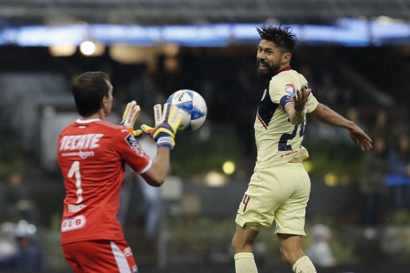 Oribe Peralta (d) de América disputa el balón con Marcelo Barovero (i) del Monterrey hoy, sábado 11 de agosto de 2018, durante un juego de la jornada 4 del Torneo Clausura- Apertura 2018-2019, en el Estadio Azteca, en Ciudad de México (México). EFE