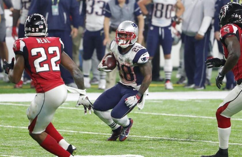El corredor de los New England Patriots, James White (dcha) durante el partido de esta noche del Super Bowl. EFE