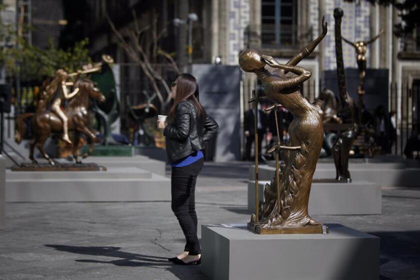 """Vista de la exposición """"Dalí en el Centro Histórico"""" del escultor español Salvador Dalí hoy, jueves 7 de diciembre de 2017, en Ciudad de México (México). EFE"""