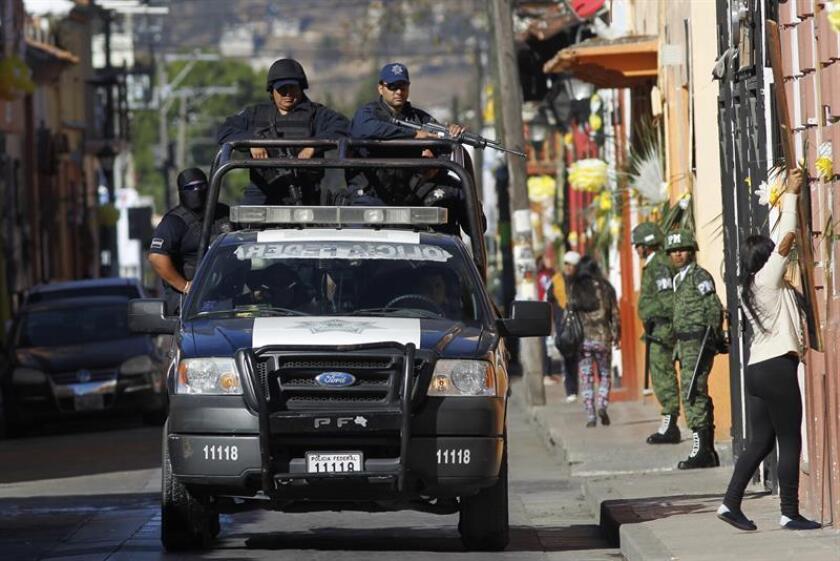 El Ejército mexicano y la Policía Federal de México realizan labores de vigilancia en las principales calles de San Cristóbal de las Casas en Chiapas (México). EFE/Archivo