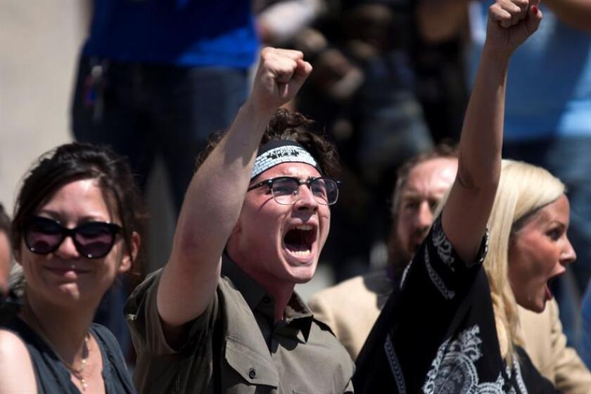 Varios cientos de personas manifestaron hoy su rechazo a la política migratoria de la Administración del presidente Donald Trump, en una protesta realizada en el centro de San Diego, en el sur de California. EFE