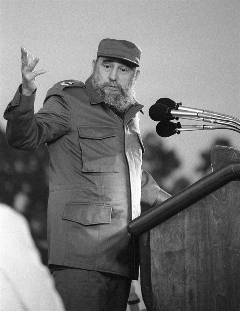 La muerte de Fidel Castro ha hecho aflorar historias sobre el líder de la Revolución cubana, alguna muy poco conocida como una reunión que mantuvo en 1987 con estudiantes de periodismo en la que le dijeron en la cara lo que pensaban del control de los medios y el culto a la personalidad. En la imagen, el presidente cubano Fidel Castro durante un discurso en 1987. EFE/ARCHIVO
