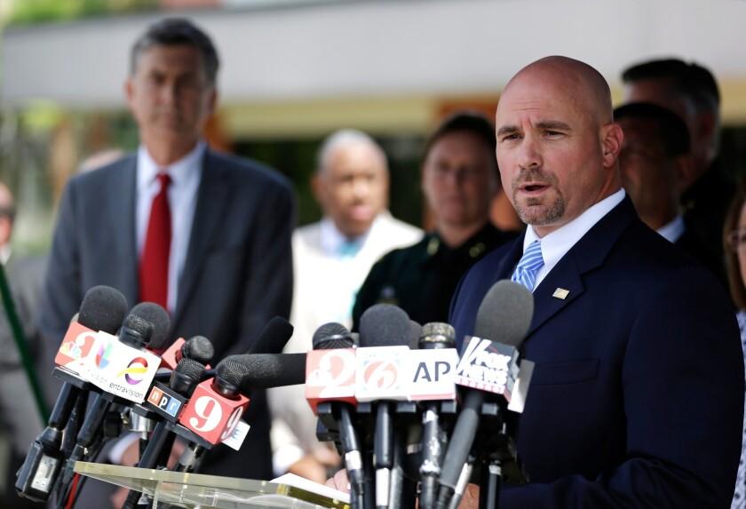 Ronald Hopper, agednte especial asistente del FBI para el área de Orlando, habla en una conferencia de prensa sobre la maacre en el club gay Pulse, el lunes, 20 de junio del 2016.