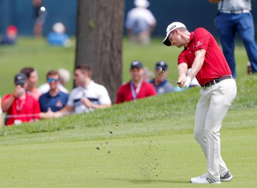 En la imagen un registro del golfista inglés Justin Rose, quien lidera el Dell Technologies Championship y busca su décima victoria en el circuito -la tercera de la temporada-. EFE/Archivo