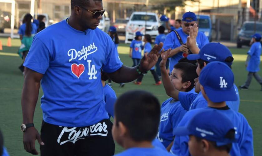 Yasiel Puig convive con pequeños fans de los Dodgers.