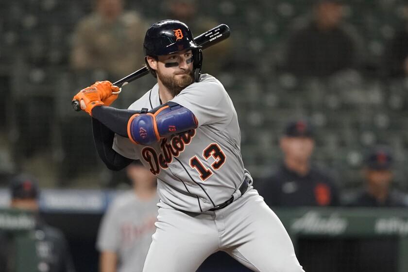El jugador de los Tigres de Detroit Eric Haase batea un jonrón solitario en el noveno inning del juego de la MLB que enfrentó a su equipo con los Marineros de Seattle. el 17 de mayo de 2021, en Seattle. (AP Foto/Ted S. Warren)