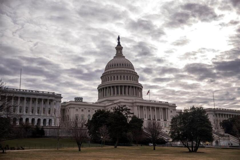 Vista del exterior del Capitolio en Washington DC, Estados Unidos, hoy, 22 de enero de 2018. El líder de la mayoría republicana en el Senado de EEUU, Mitch McConnell, anunció que la Cámara Alta votará hoy al mediodía un proyecto de ley para intentar reabrir la Administración Trump, cerrada parcialmente tras no aprobarse el viernes el presupuesto federal. EFE