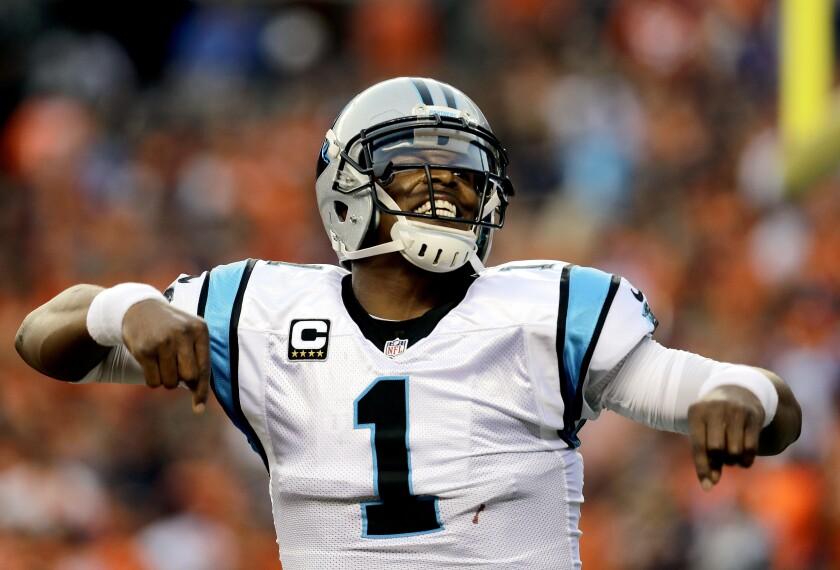 En esta imagen del 8 de septiembre de 2016, el quarterback de los Panthers de Carolina Cam Newton celebra un pase de touchdown en la primera mitad del juego ante los Broncos de Denver, en Denver. (AP Foto/Joe Mahoney)