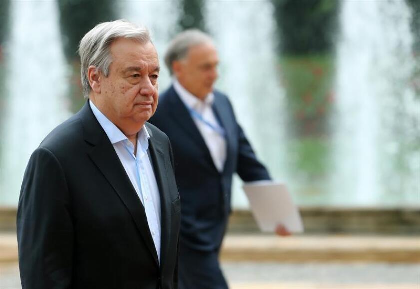 El secretario general de la ONU, António Guterres (i), camina junto al representante y jefe de la Misión de las Naciones Unidas en Colombia, Jean Arnault (d). EFE/Archivo