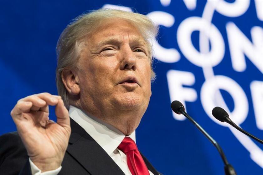 Tan sólo un 38 % de los estadounidenses aprueba la gestión del presidente Donald Trump tras su primer año de mandato, según reveló hoy una encuesta de la firma Gallup que muestra, además, síntomas de la creciente polarización que vive el país. EFE/Archivo