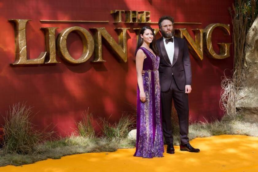 El actor canadiense-estadounidense Seth Rogen (R) y la actriz estadounidense Lauren Miller posan en la alfombra roja en el estreno europeo de 'El Rey León' en Leicester Square en Londres, Gran Bretaña, el 14 de julio de 2019. EFE/EPA/VICKIE FLORES/Archivo