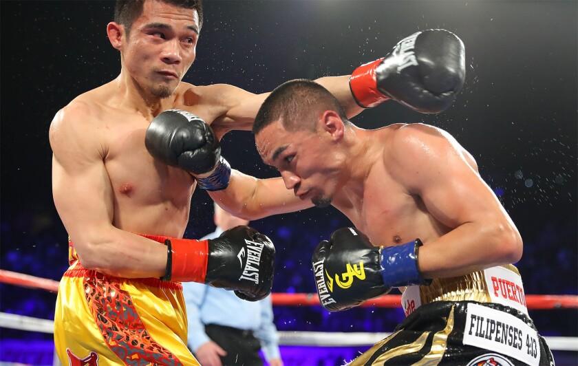 Francisco 'El Gallo' Estrada (d) y Srisaket Sor Rungvisai (i) brindaron un tremenda pelea el sábado en el Forum de Inglewood.