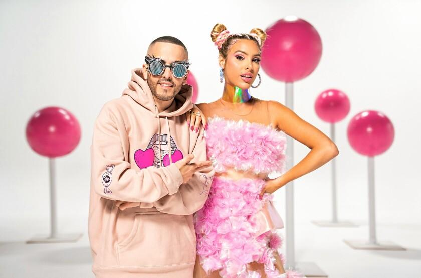 Los dos artistas musicales en una imagen promocional.