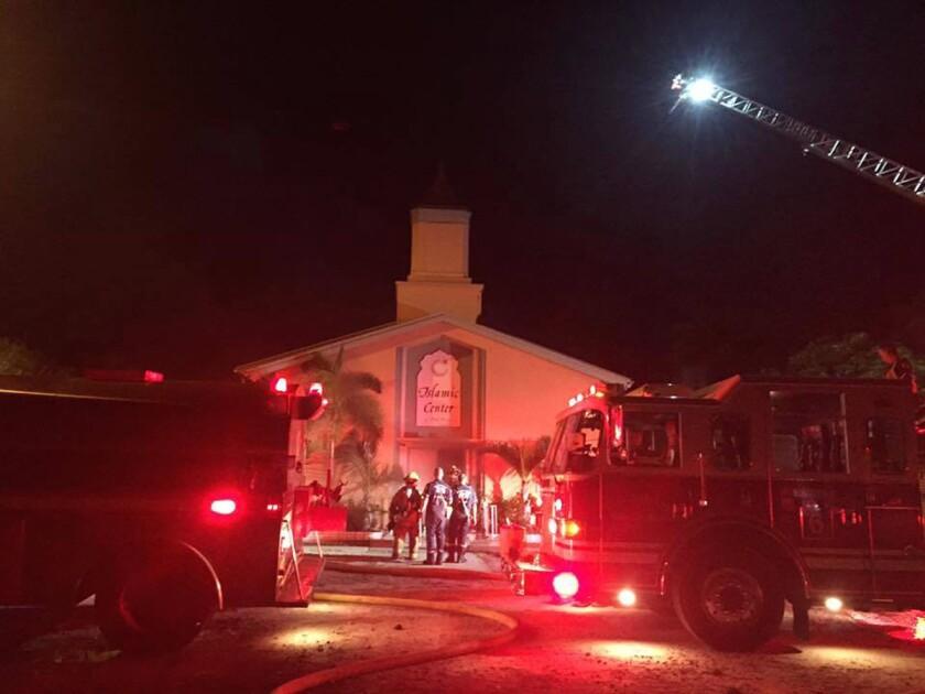 Fotografía facilitada por la oficina del Sheriff de St. Lucie, en la que los bomberos combaten un incendio en una mezquita de Fort Pierce, Florida, la madrugada del lunes 12 de septiembre de 2016. (oficina del Sheriff de St. Lucie vía AP)