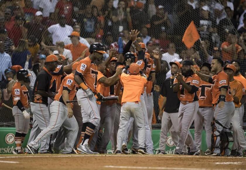 Jugadores de los Toros del Este fueron registrados este martes al celebrar una carrera que le anotaron a los Leones del Escogido, durante el partido de desempate que definió el segundo finalista del Torneo dominicano Invernal de Béisbol, en el estadio Quisqueya de Santo Domingo (República Dominicana). EFE