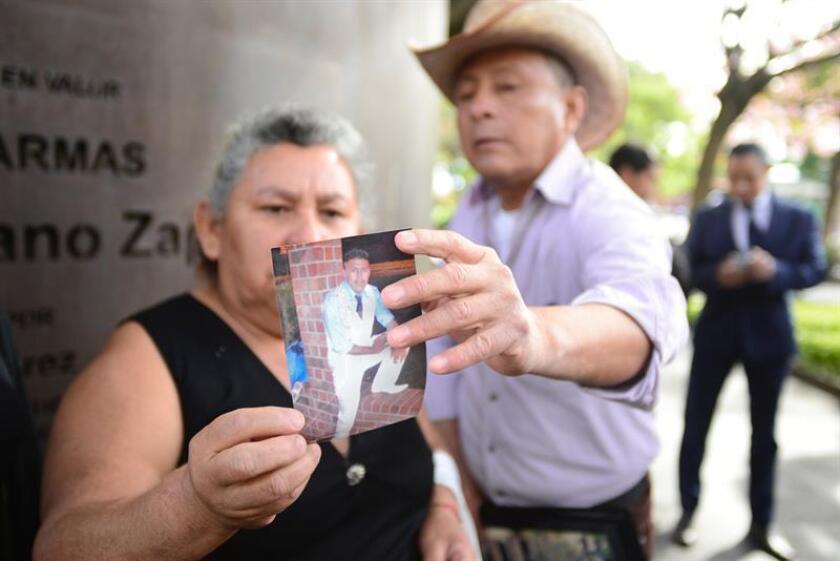 Familiares muestran una fotografía de Rubén Gerardo Galindo hoy, viernes 9 de febrero de 2018, en la ciudad de Cuernavaca (México). Familiares de Rubén Gerardo Galindo, mexicano que fue tiroteado por policías el pasado 6 de septiembre en Estados Unidos, pidieron hoy que las autoridades esclarezcan la muerte de su hijo, para que esta no quede en la impunidad. EFE