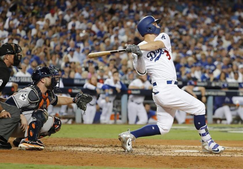 Joc Pederson (d), guardabosques de los Dodgers de Los Ángeles. EFE/Archivo