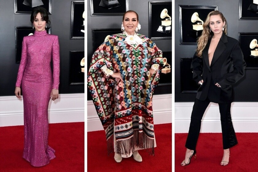 Camila Cabello, Aida Cuevas y Miley Cyrus a su paso por la alfombra roja de los Grammy.